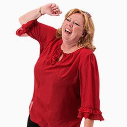 Karen-Marie i ført rød bluse bryder ud i stor latter