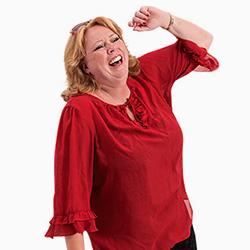 Karen-Marie iført rød bluse er ved at flække af grin