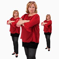 Karen-Marie er afbildet 3 gange med armene foldet i fornærmet position