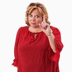 Karen-Marie iført rød bluse og med løftet pegefinger