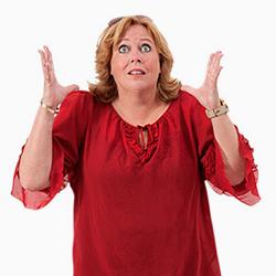 Karen-Marie iført rød bluse med himmelvendte øjne og med hænder løftet i en opgivende position