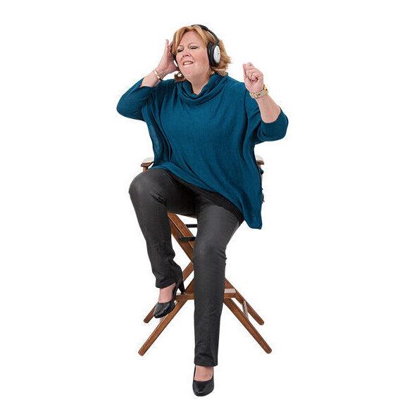 Karen-Marie sidder med høretelefoner på og lytter til festligt musik